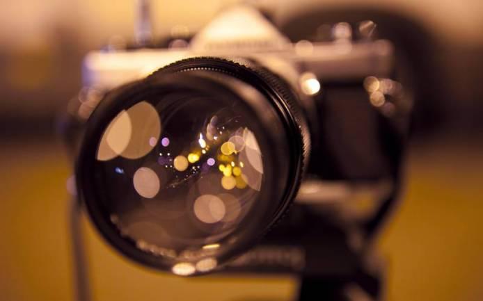 fond_ecran_appareil_photo_focus_objectif_image_fond_flou_couleurs_teintes_chaudes_resize